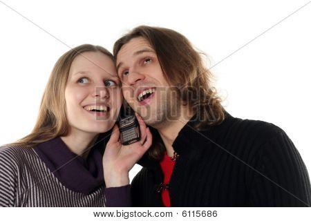 Pareja joven hablando por un teléfono móvil juntos felices