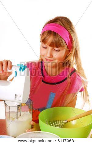 Junges Mädchen helfen beim Backen von Kuchen