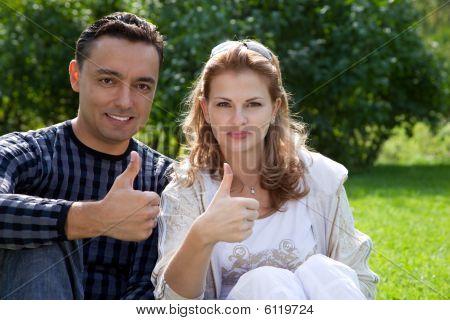 Ehepaar mit ihren Daumen hoch