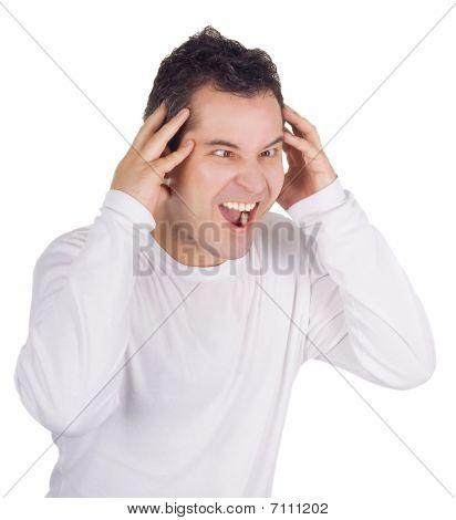Hombre enojado gritos aislados en blanco