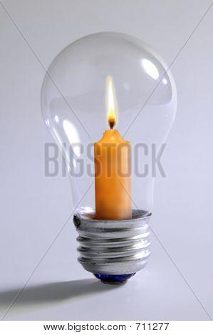 Glühbirne und Kerze