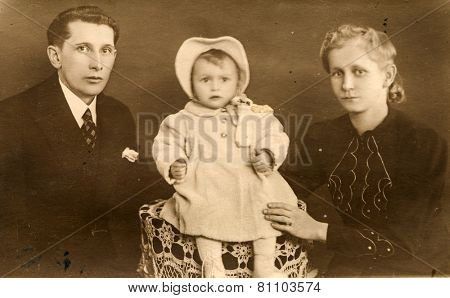 GERMANY, CIRCA THIRTIES: Vintage photo of parents and little daughter