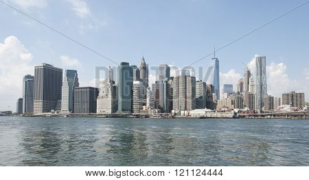 Panoramic photograph of the skyline of New York .