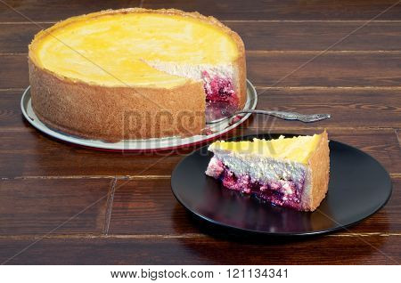 Round Cheese Cake With Piece