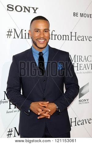 LOS ANGELES - MAR 9:  DeVon Franklin at the Miracles From Heaven Premiere at the ArcLight Hollywood Theaters on March 9, 2016 in Los Angeles, CA