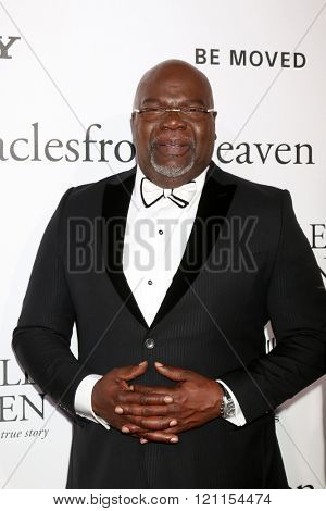 LOS ANGELES - MAR 9:  T. D. Jakes at the Miracles From Heaven Premiere at the ArcLight Hollywood Theaters on March 9, 2016 in Los Angeles, CA