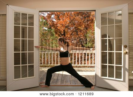 Woman doing Yoga auf Balkon