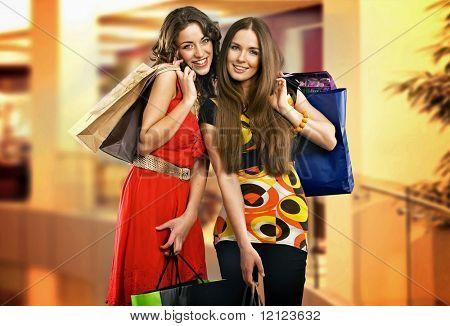 Duas mulheres jovens em shopping center