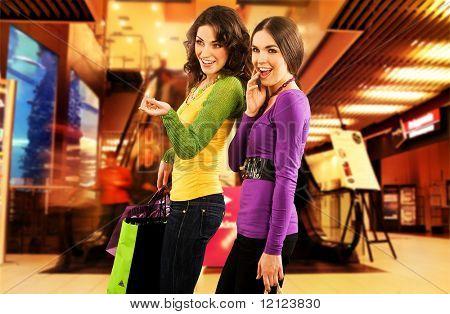 Zwei schöne Mädchen in ein Shopping center