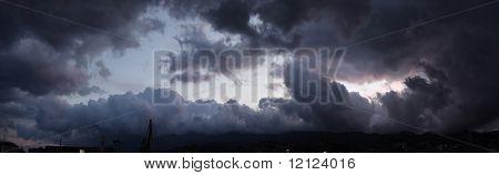 Panoramablick auf einen Himmel über dem Ozean vor Sturm