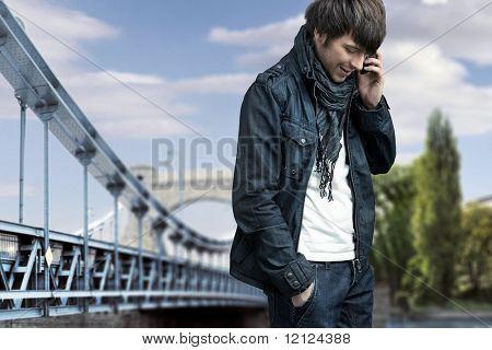 Mode-Stil-Foto eines Mannes im Gespräch über Handy