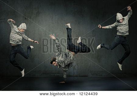 Três dançarinos de hip hop