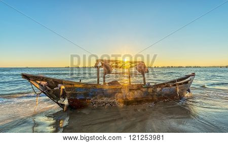 Sunstar inside boat rotting on beaches with the sun's rays to illuminate the boat seemed to radiate afterglow of life in old age