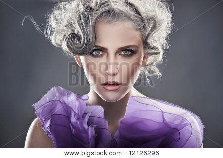 Retrato de estilo de moda de una joven