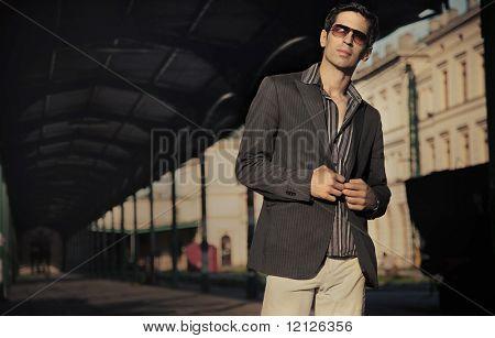 Mode-Stil-Foto eines schönen eleganten Mannes