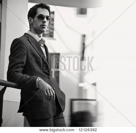 Moda estilo preto branca foto um empresário bonitão