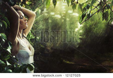 Adorável morena sexy em uma floresta de chuva