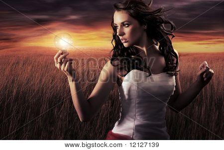 Mulher segurando uma lâmpada