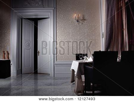 Interior blanco clásico con puerta abierta