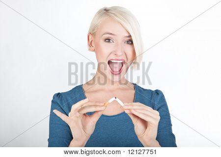 Glücklich blond Dame eine gebrochene Zigarette