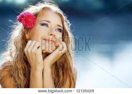Porträt des jungen schöne lächelnd weibliche über dem blauen Seewasser