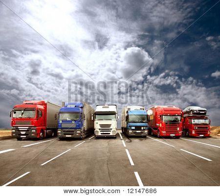 un gran camión en la autopista