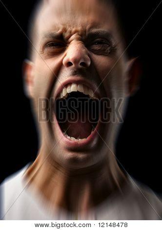 homem irritado gritando