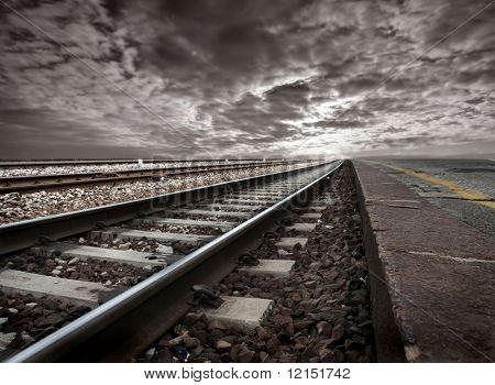 leere Gleisanlagen in einer stürmischen Landschaft