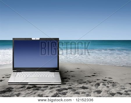 portátil en la playa