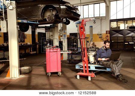 mecánico de automóviles en su taller