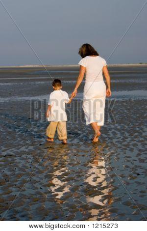 Mutter und Sohn Spaziergang am Strand