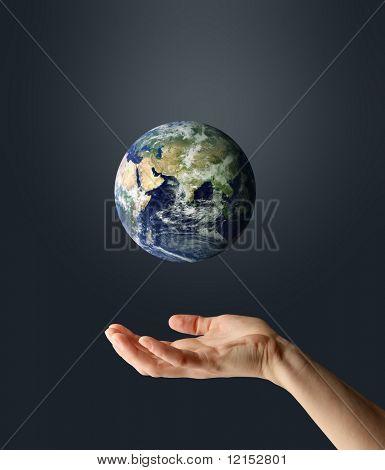 Hand mit Planetenerde