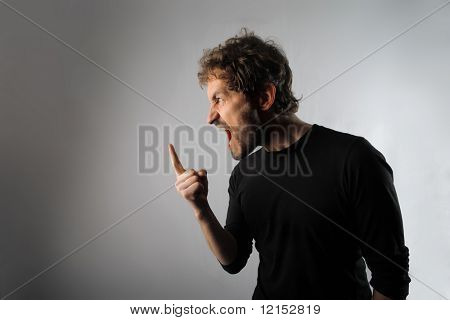 homem irritado em raiva extrema