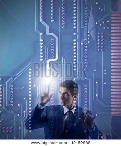 Kaufmann berühren eine digitale Hauptplatine