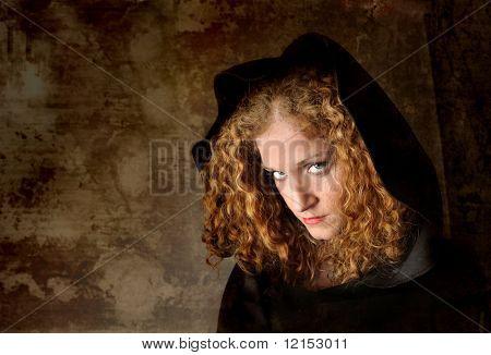 hermosa chica en un manto negro