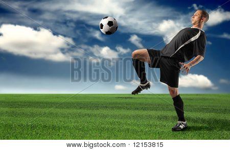 Un jugador de fútbol en un campo de hierba