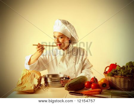 mujer cocinar una receta de muestreo