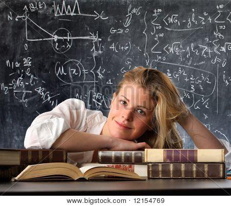 estudiante feliz con libros y pizarra