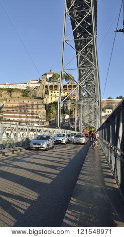 Traffic in Dom Luis bridge