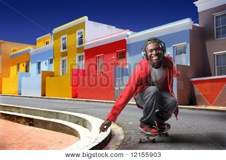 schwarzer Junge Skateboard in einer bunten afrikanischen Stadt üben