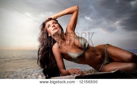 chica sexy de bronceado en la playa