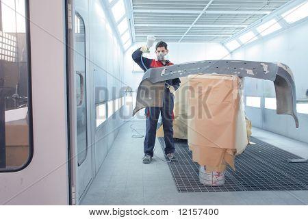 trabajador una parte de un coche