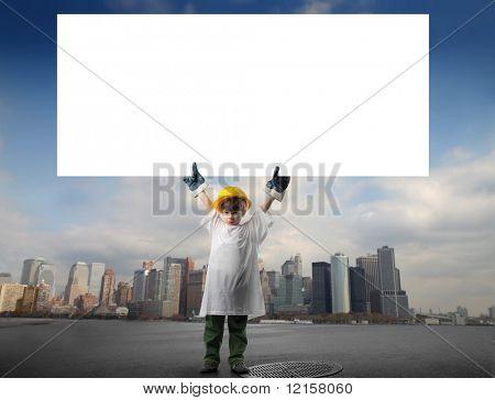 Trabajador poco con tablero blanco bill