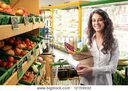 Mulher comprando alguns legumes