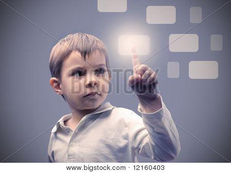 Kind ein Touchpad drücken