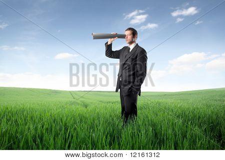 Unternehmer, die mit einem Papier-Rohr als Fernglas