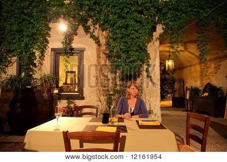 Frau sitzen an einem Tisch in einem Restaurant und trinken Wein