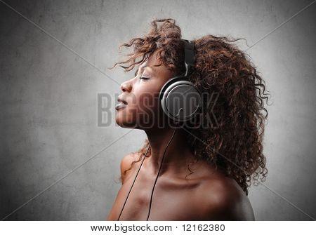 junge schwarze Frau hören Musik