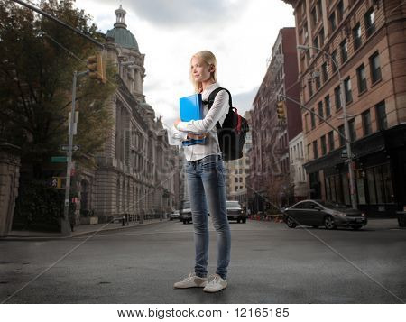 Bela estudante em uma rua da cidade