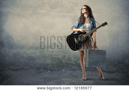 Una joven es viajes-ling con su guitarra